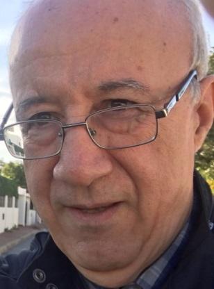 HOSSAIN BOUZINEB (Alhucemas, Marruecos, 1948). Licenciado en lengua y literatura española por la Universidad Mohamed V de Rabat (Facultad de Letras). Doctor por la Universidad Autónoma de Madrid. Catedrático (jubilado) de la Facultad de Letras y Ciencias Humanas, Universidad Mohammed V de Rabat desde 1980. Actualmente –desde el año 2000- Encargado de Misión en el Gabinete Real (Traductor de español de SM el Rey).