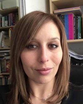 NESRINE EL AKEL (PARIS, FRANCIA, 1984). Es francesa,de la ciudad de Lille, nacida de padres marroquíes originarios de la ciudad deTetuán. Actualmente trabaja como profesora de castellanoenun instituto privadoen la ciudad de Londres.