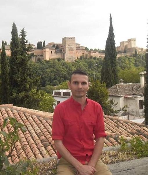NAJMI ABDELKHALAK (Tánger, 1978). Egresado de la Escuela de Traductores de Toledo, actualmente prepara su tesis doctoral en la Universidad Autónoma de Madrid y reside en Granada. Es un destacado hispanista y periodista marroquí, ha colaborado con varios medios de comunicación audiovisuales y escritos tanto en Marruecos como en España y América Latina.