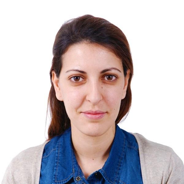 SANA SAKKA (Túnez, 1986). Licenciada en filología española por la Facultad de Letras, Artes y Humanidades de la Manouba. Obtuvo un máster, especialidad lingüística, por la misma Facultad.