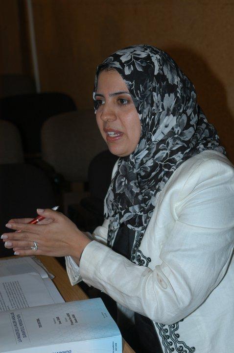 SANAE CHAIRI (Tánger 1975). Es profesora investigadora en la Facultad de Letras y Ciencias Humanas de Mohammedia (Marres). Es también autora de cuentos cortos, conferenciante y traductora.